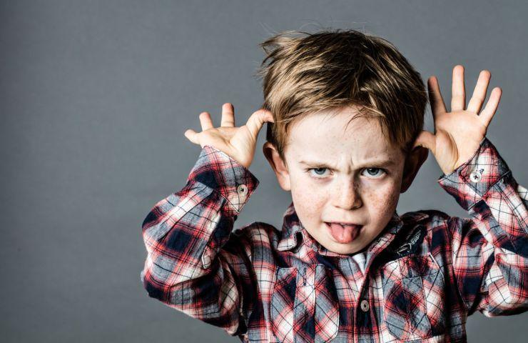 Bambini maleducati: 10 segnali d'allarme e 10 consigli per correggerli