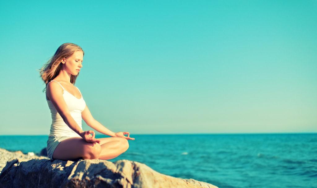 ragazza medita