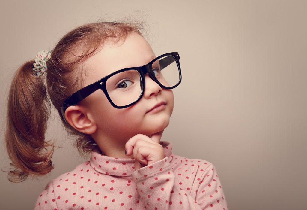 bambina con occhiali