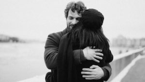 quanti abbracci ci vogliono per essere felici