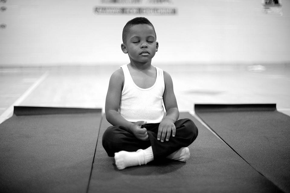 Cosa accadrebbe se invece di punire i bambini insegnassimo loro a meditare?