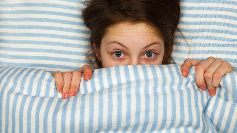 Per essere di buon umore è meglio dormire poco e bene, piuttosto che molto e male