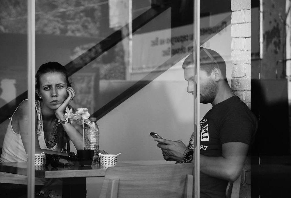 Phubbing: Ignorare gli altri per rispondere al telefono