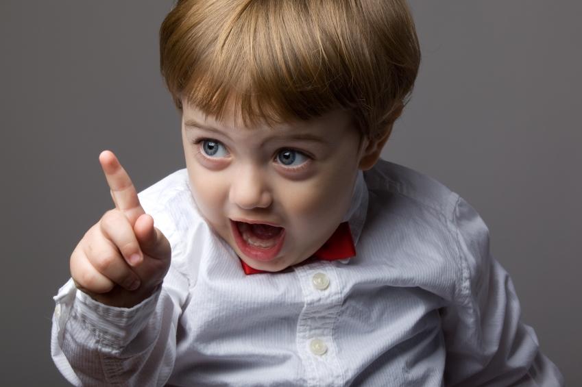 Bambini che sfidano i loro insegnanti, riflesso di genitori con lo stesso atteggiamento