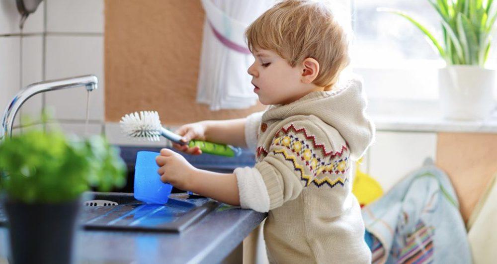 La scienza lo conferma: i bambini piccoli desiderano aiutare in casa e glielo dobbiamo permettere