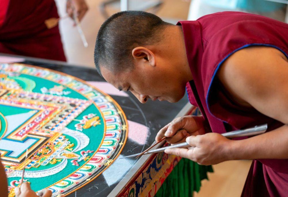 """Questo rito tibetano contiene un messaggio molto potente: """"Nulla è permanente, non afferrarti"""""""